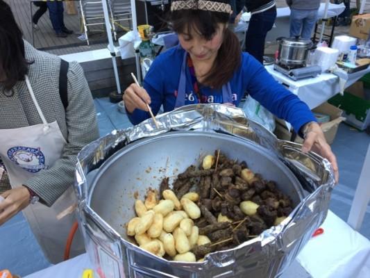 ▲中央アジアで食べられる煮込み料理「カザンカボブ」※串焼きも鍋に一緒に入っています